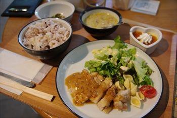 横浜センター南にあるカフェ「&comodia」のランチ
