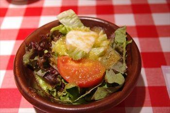 横浜西口にある洋食屋「カリオカ」のサラダ