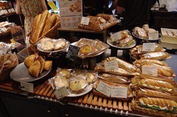 横浜にあるベーカリーカフェ「オーバカナル」の店内