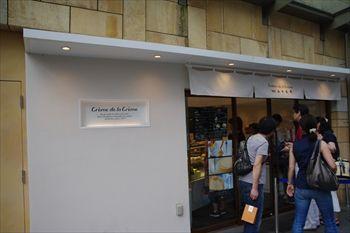 六本木ヒルズにある洋菓子店「クレーム デ ラ クレーム」の外観