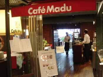 横浜赤レンガ倉庫のCafe Madu (カフェ マディ)入り口