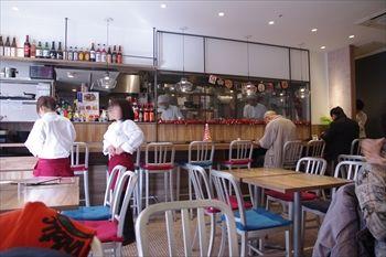 横浜桜木町にある中華料理店「重慶茶樓」の店内