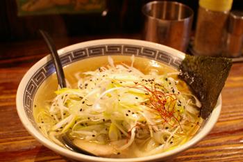 横浜西口のラーメン店「麺場 浜虎」の塩ネギ鶏そば