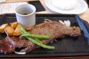 南部市場にあるお肉料理のお店「コーシン」のステーキ