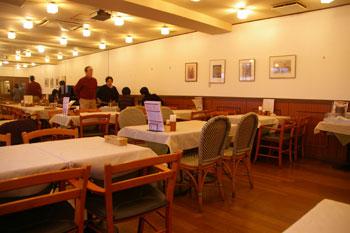 横浜桜木町のイタリアンレストラン「驛(うまや)の食卓」の店内
