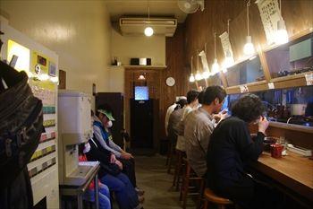 横浜東神奈川にあるつけ麺店「イツワ製麺所食堂」の店内