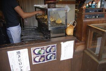 鎌倉由比ヶ浜にあるたい焼き屋「たい焼き なみへい」の店内