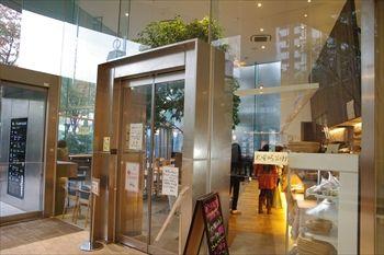 横浜センター北にあるパン屋「ベッカライ徳多朗」の入り口