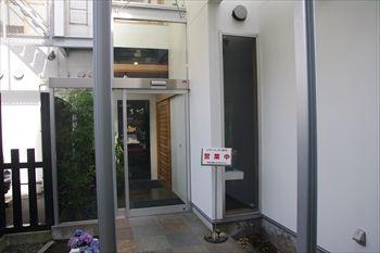 横浜市港北区にあるうなぎ料理専門店「しま村」の入り口