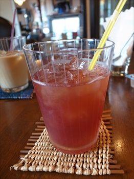 石川町にあるカフェ「ZAIM CAFE ANNEX」のクランベリージュース