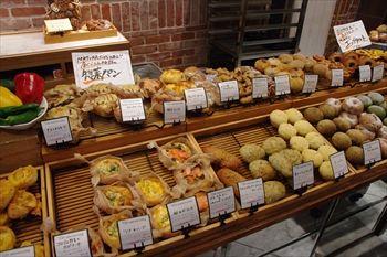 武蔵小杉にあるパン屋「TINY BREAD & CAKE NATURA MARKET」の店内
