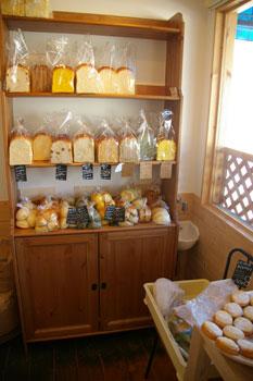 横浜港北にあるおいしいパン屋さん「パン工房うらら」の店内
