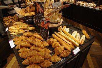 横浜にあるパン屋「ル ビアン ルミネ横浜店」の店内