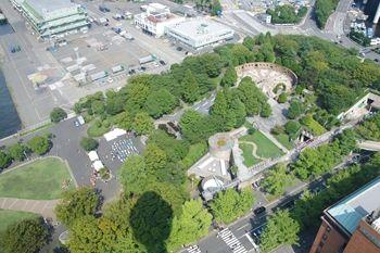 横浜マリンタワーの展望台から見た山下公園