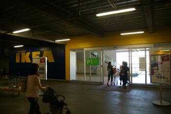 北欧インテリアのお店「IKEA 港北」の入り口(駐車場)