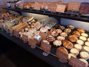 横浜東神奈川にあるパン屋「パンドウー(Pain de U)」の店内