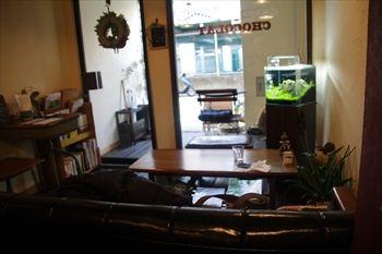 横浜黄金町にあるカフェ「カフェ ショコラ」の店内