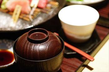 新横浜にある寿司屋「まぐろ問屋三浦三崎港」の味噌汁