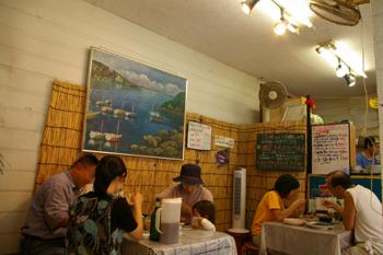 三崎漁港の定食屋「まるいち」の店内