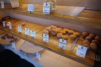 伊勢原にあるパン屋「ムール ア ラ ムール」の店内