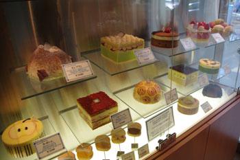 横浜たまプラーザにあるケーキショップ「ベルグの4月」の店内