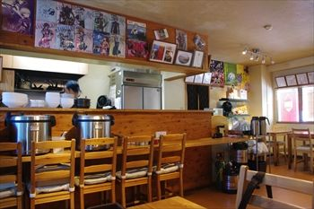 箱根湯本にあるカレー専門店「箱根かれー 心」の店内