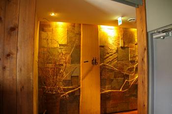 横浜西口のおいしい骨付鳥のお店「一鶴」の入り口