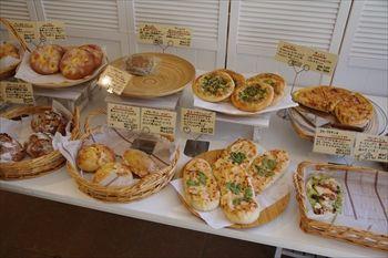 横須賀市県立大学駅近くにあるパン屋「ルメルシエ」の店内