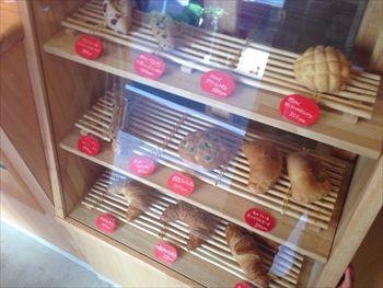 片瀬江ノ島にあるパン屋さん「AQURA (アクラ)」の店内