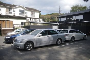 厚木にあるラーメン店「ZUND-BAR(ズンド・バー)」の駐車場