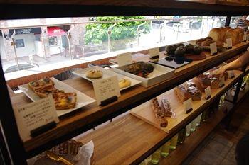 横浜元町にあるベーカリーカフェ「エコモベーカリー」の店内