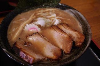 横浜西口にあるラーメン店「浜の麺バカ」のラーメン