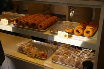 横浜元町のドーナツショップ「はらドーナッツ」の店内