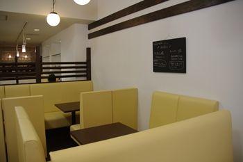 横浜仲町台にあるカフェ「LAK LAK cafe」の店内