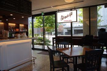 横浜みなとみらいにあるカフェ「bondolfi boncaffe」の店内