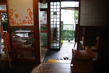 西横浜にあるカフェ「Midsummer Cafe 夏至茶屋」の玄関