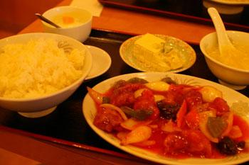 横浜大口通商店街の中華料理店「祥華飯店」の酢豚定食