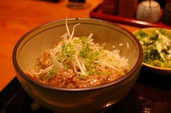 横浜ルミネにある豚肉料理のお店「黒ぶたや」の豚丼