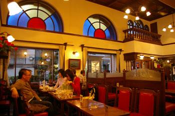 横浜馬車道にあるレトロな喫茶店「馬車道十番館」の店内