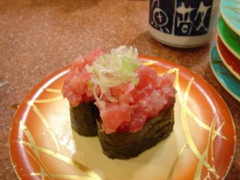 横浜相鉄ジョイナスの回転寿司「魚敬」のネギトロ