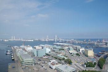 横浜マリンタワーの展望台から見た横浜ベイブリッジ方面
