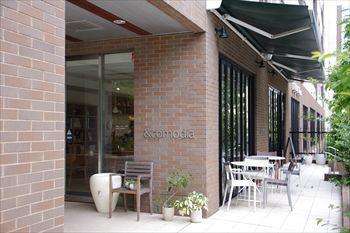横浜センター南にあるカフェ「&comodia」の外観