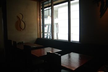 横浜みなとみらいにある創作和食のお店「さかえや」の店内