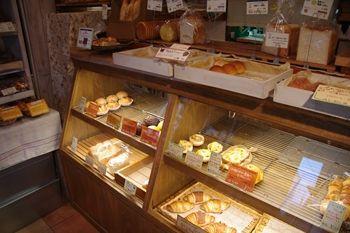 横浜日吉にあるパン屋「Bread&Food LDK」の店内