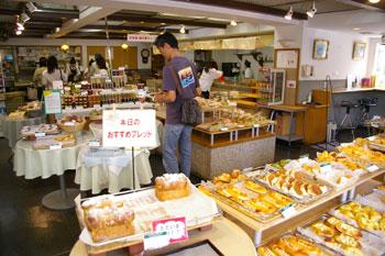 横浜本牧にあるパン屋「本牧館」の店内