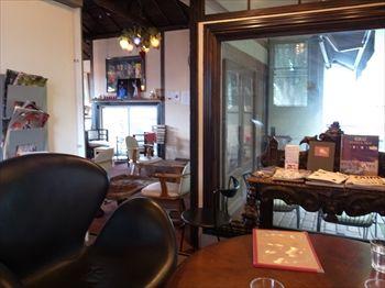 石川町にあるカフェ「ZAIM CAFE ANNEX」の店内