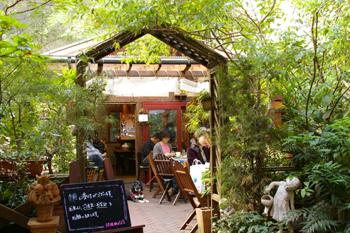 横浜元町のカフェ「汐汲坂ガーデン」の入り口2