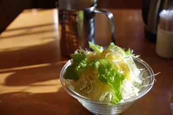 横浜野毛にあるカレーとシチューのお店「キクヤ」のサラダ