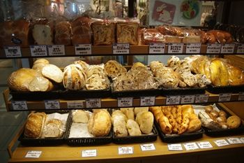横浜桜木町にあるパン屋さん「ブレドール」の店内