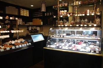 横浜青葉台にあるケーキショップ「ピュイサンス(PUISSANCE)」の店内